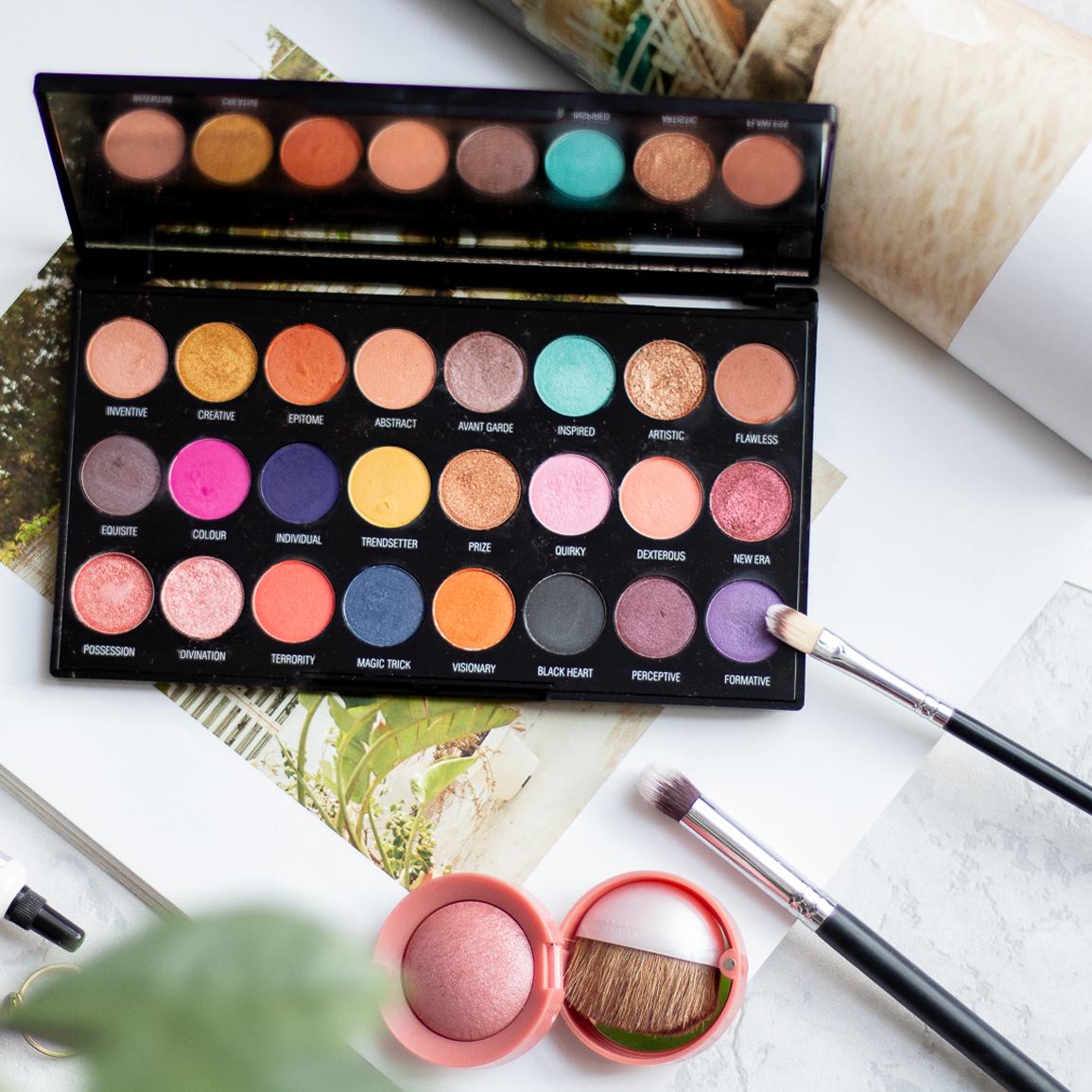 Paleta-cieni-Creative-Makeup-Revolution-otworzona-z-pedzelkami-i-rozem