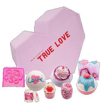 Bomb Cosmetics – True Love Gift Box zestaw kosmetyków Kula Musująca 3szt + Mydełko Glicerynowe 2szt + Maślana Babeczka 2szt + Balsam do ust 1szt (1 szt.)