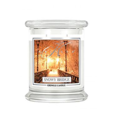Kringle Candle – Średnia świeca zapachowa z dwoma knotami Snowy Bridge (411 g)